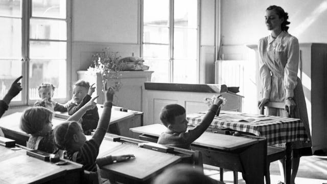 Schwarz-Weiss Bild aus einem Schulzimmer aus den 50er-Jahren