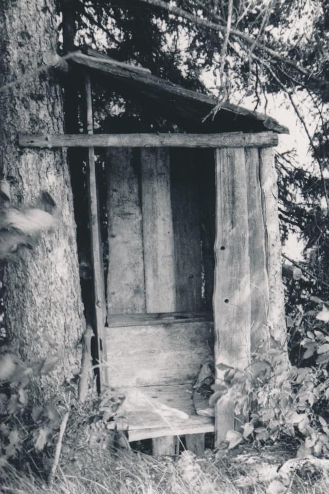 Ina tualetta simpla en la regiun da Portein.