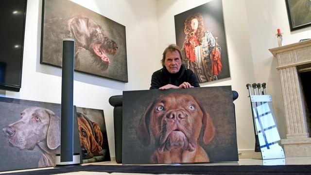 ein Mann posiert mit Hundefotografien