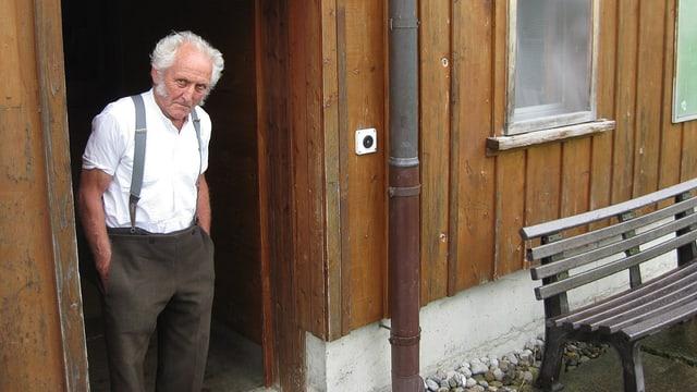 Albert Neff steht im Türrahmen seines Hauses.