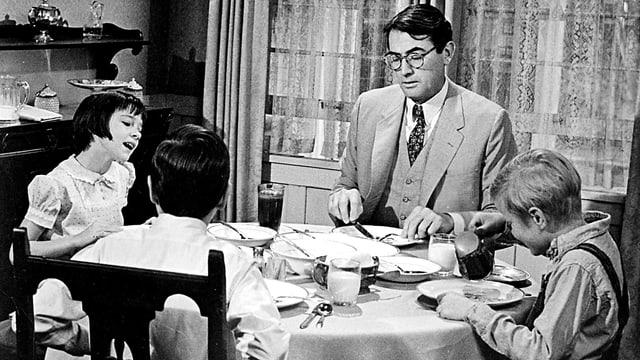 Mann mit Kindern am Tisch
