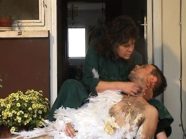 Mutter hält sterbenden Sohn