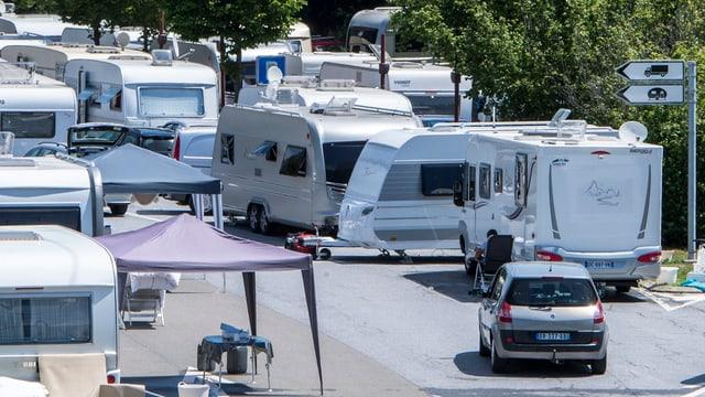 Wohnwagen auf Parkplatz