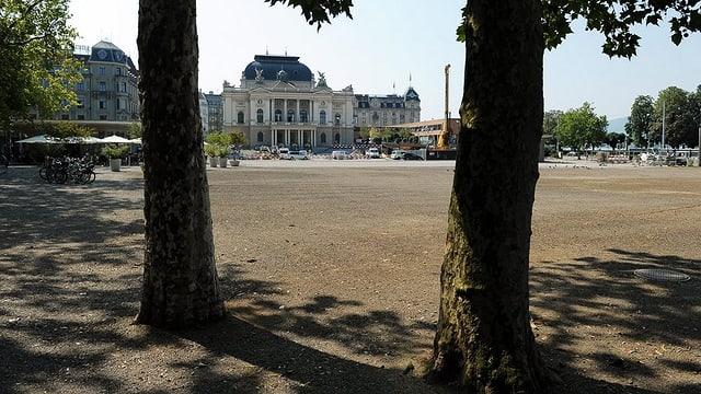 Blick über den Sechseläutenplatz zum Zürcher Opernhaus