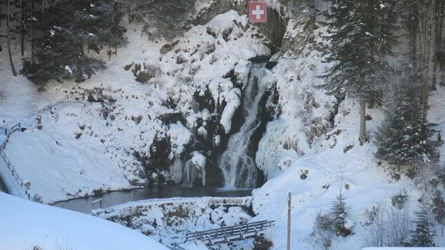 Wasserfall, umgeben von Winterlandschaft