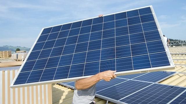 Um porta ina tavla da cellas fotovoltaicas.