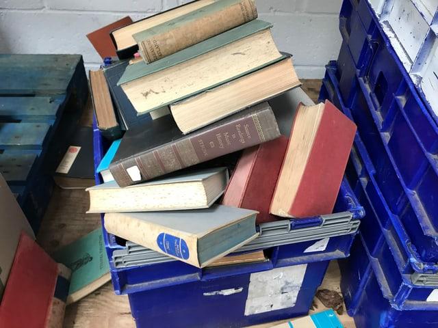 Eine Kiste voller Bücher.