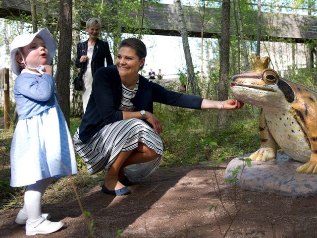 Prinzessin Estelle steht vor einem Froschkönig und will ihn nicht küssen.