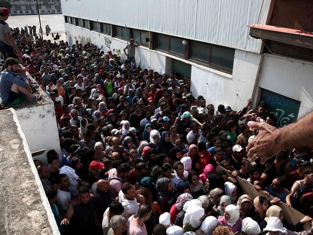 Menschmenge beim Verlassen eines Fussballstadions.