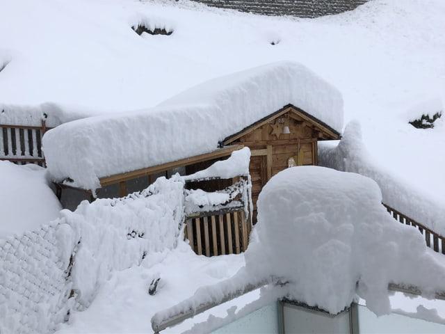 Haus in tiefem Schnee.