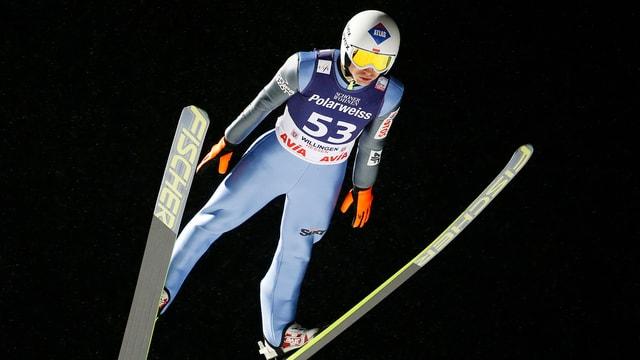 Kamil Stoch fliegt durch die Lüfte.