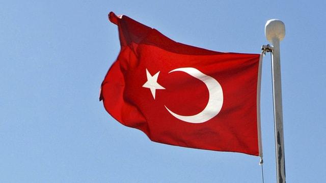 Türkische Fahne weht im Wind.