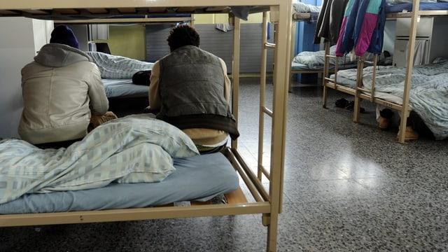 Asylsuchende im tessiner Asylempfangs- und Verfahrenszentrum in Chiasso. (keystone)