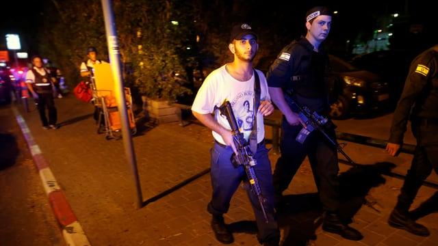 Sicherheitskräfte mit Waffen auf der Strasse.