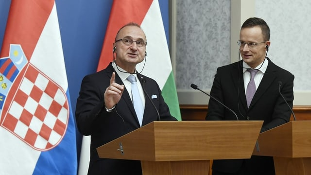 Gordan Grlic Radman und Peter Szijjarto an Rednerpulten.