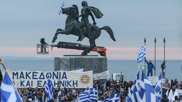 Alexander der Grosse auf einem Pferd, Menschen mit griechischen Flaggen