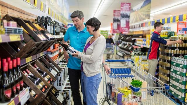 Paar beim Weinkauf