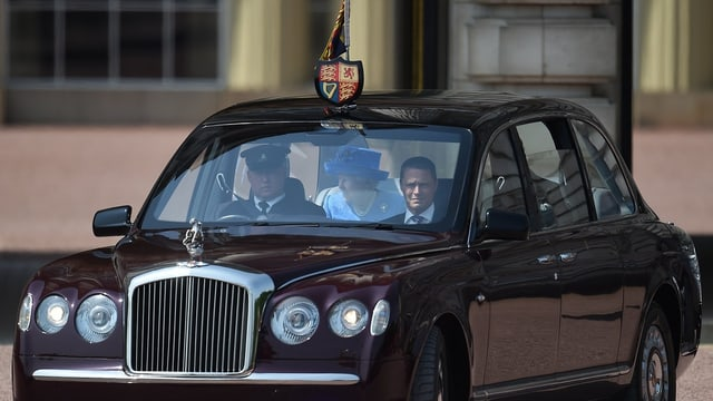Queen im Auto.