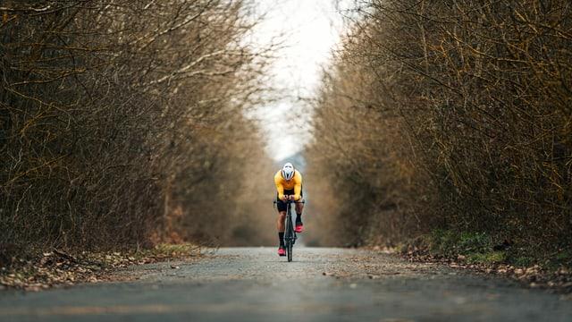 Ein Mann trainiert alleine auf seinem Rennrad.