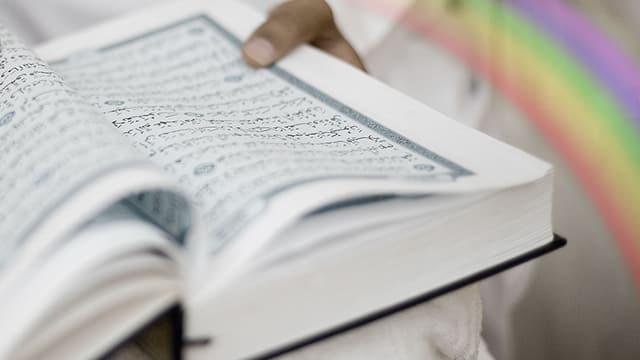 Ein Koran und ein Regenbogen.