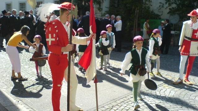 Aufstellung für den Chilbi-Umzug. Männer in historischen Umzügen mit Kindern.