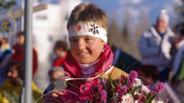 Erika Hess mit einem grossen Blumenstrauss.