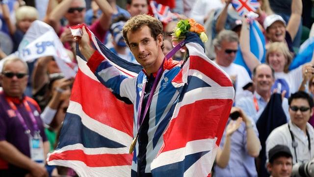 Andy Murray, eingehüllt in die britische Fahne.