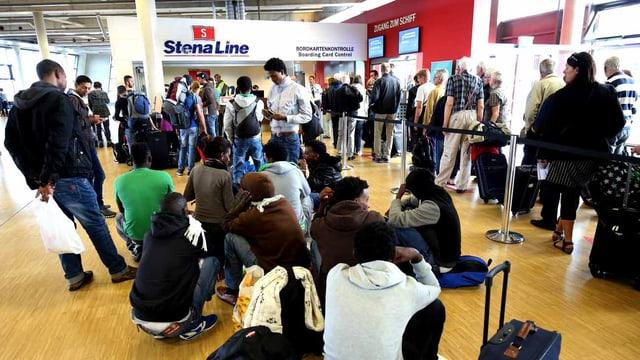 Die Flüchtlinge warten in Kiel auf die Fähre, die sie nach Schweden bringt.