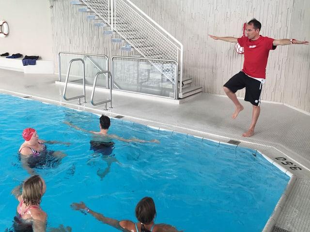 Viktor Röthlin zeigt Übungen am Beckenrand.
