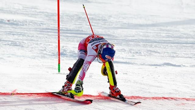 Mikaela Shiffrin öffnet die Bindung ihrer Skier
