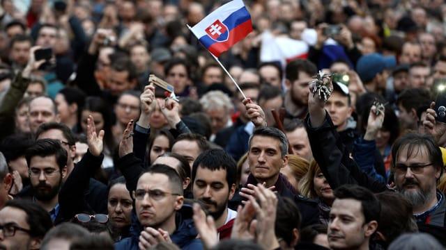 Demonstrantenmenge mit slowakischer Fahne.
