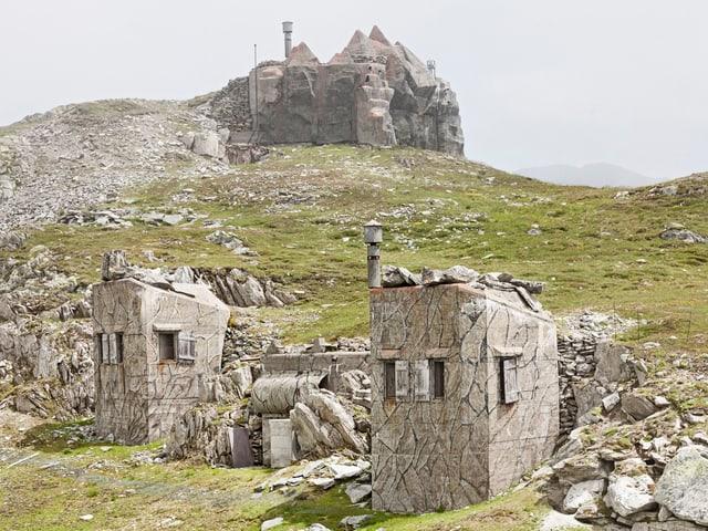 Zerstörte Betonfestungen inmitten steinig-grüner Hügellandschaft nahe des Gotthardpasses.