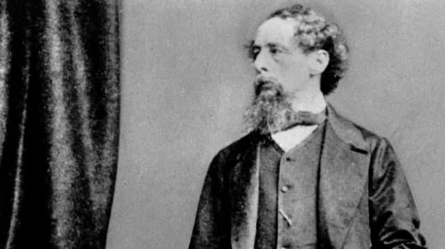 Fotografie von Charles Dickens, der streng nach rechts guckt.
