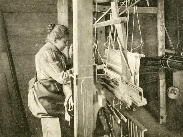 Eine Frau am Webstuhl