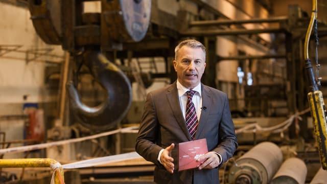 Reto Lipp moderiert die Spezialsendung aus der ehemaligen Kartonfabrik in Deisswil BE.