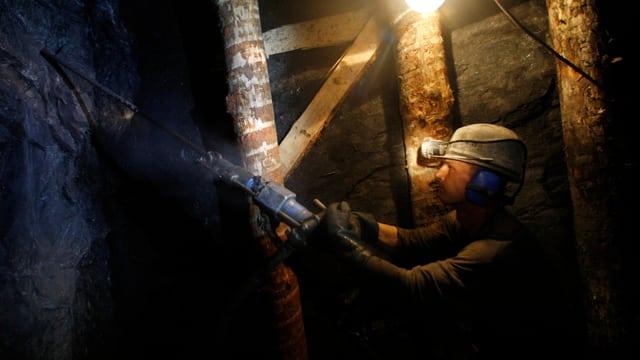 Ein Bergbauarbeiter baut in einer tschechischen Mine Uran ab.