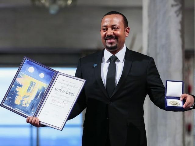 Äthiopiens Ministerpräsident AbiyAhmed mit der Auszeichnung.