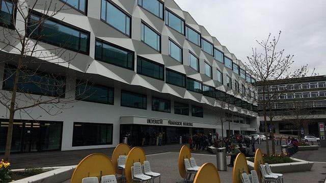 Der Platz vor der Universität Luzern mit leeren Tischen.