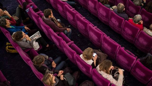 Menschen in einem Kino.