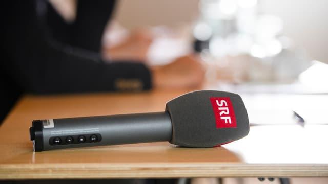 SRF-Mikrofon auf Tisch.