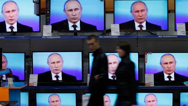 Ein TV-Geschäft mit vielen Bildschirmen im Schaufenster, und Putin auf allen Kanälen.