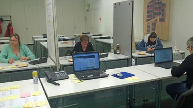 Frauen und Männer in der Einsatzzentrale von Nez Rouge Luzern.