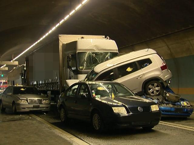 Vier Personenwagen, im Hintergrund der Lastwagen und der Reisebus.