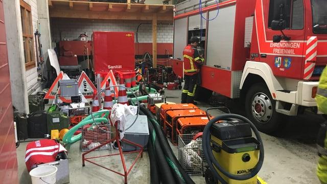 Feuerwehrauto und viel Material