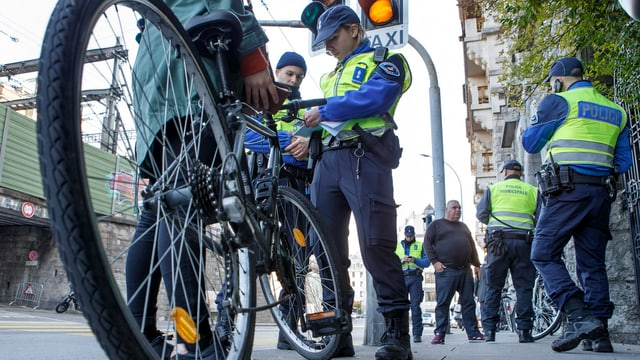 Polizistin kontrolliert Radfahrer