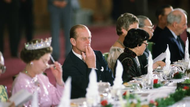 Prinz Philipp sitzt neben der Queen an einem festlichen Bankett in Peking