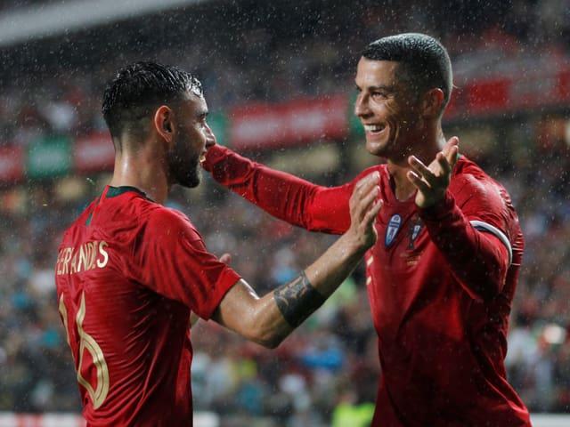 Cristiano Ronaldo beglückwünscht Bruno Fernandes.