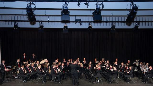 Gruppenbild von einer Blasmusikformation.
