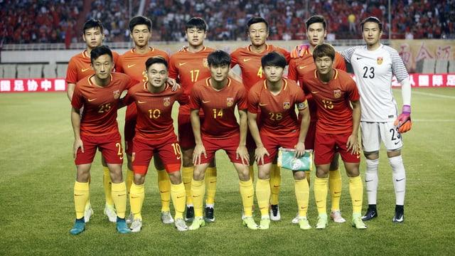 Die chinesische U20-Nationalmannschaft posiert vor einem Spiel für ein Mannschafts-Foto.