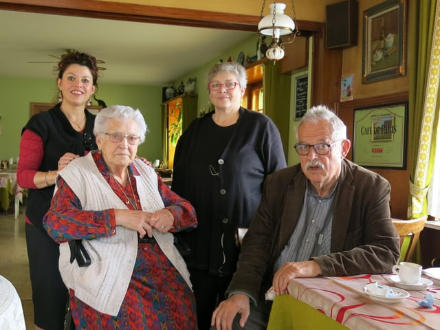 Ein Gruppenfoto mit drei Frauen und einem Mann.
